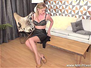 blondie finger-tickling moist pussy in vintage nylons high heels